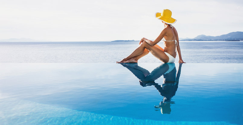 Villas de lujo en Ibiza con piscina desbordante.